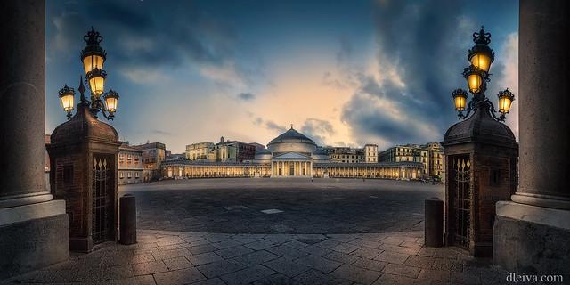 Plaza Plebiscito, Napoles, Italia