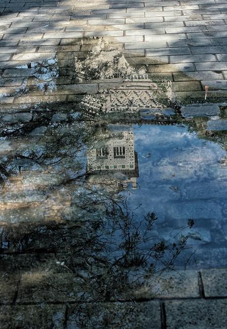 Reflejo en Plaza de la Magdalena. Zaragoza