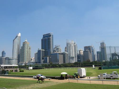 ロイヤルバンコクスポーツクラブ競馬場から見上げる摩天楼