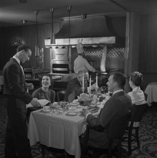 Restaurant patrons / Clients d'un restaurant