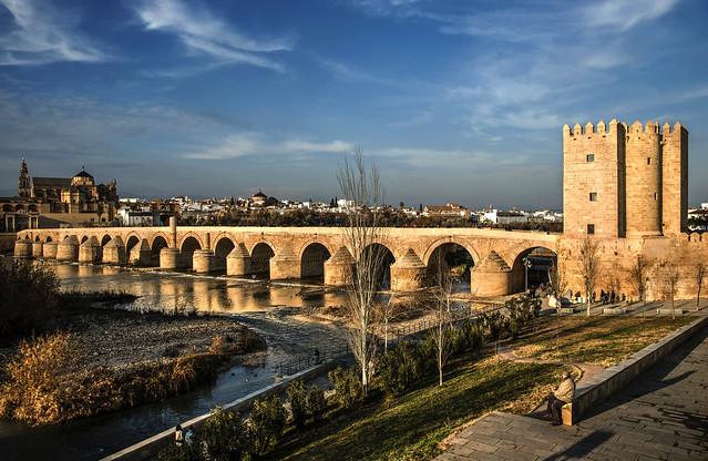 Contemplando la Córdoba romana y califal sobre el río Guadalquivir