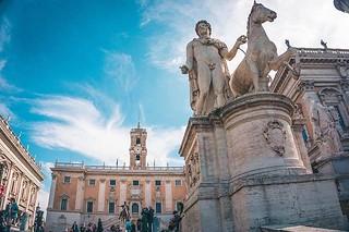 L'area trapezoidale di #piazza del #Campidoglio è delimitata dai due edifici dei #MuseiCapitolini contrapposti, che con le loro facciate specularmente identiche, con andamento divergente rispetto al Palazzo Senatorio, racchiudono lo spazio come quinte sce   by Musei in Comune Roma