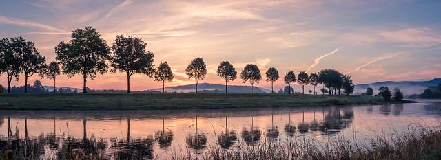 Sonnenaufgang mit Nebel an der Weser