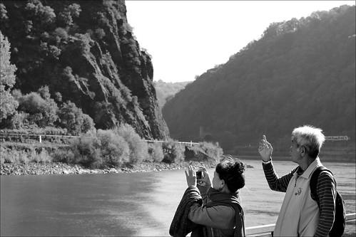 touristen tourists rhein rhine fluss river schiffsreise cruise loreley rheinlandpfalz rhinelandpalatinate germany monochrome man woman mountain