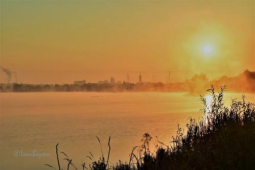 zonsopkomst nevel mist roermond wasser stadt limburgslandschap
