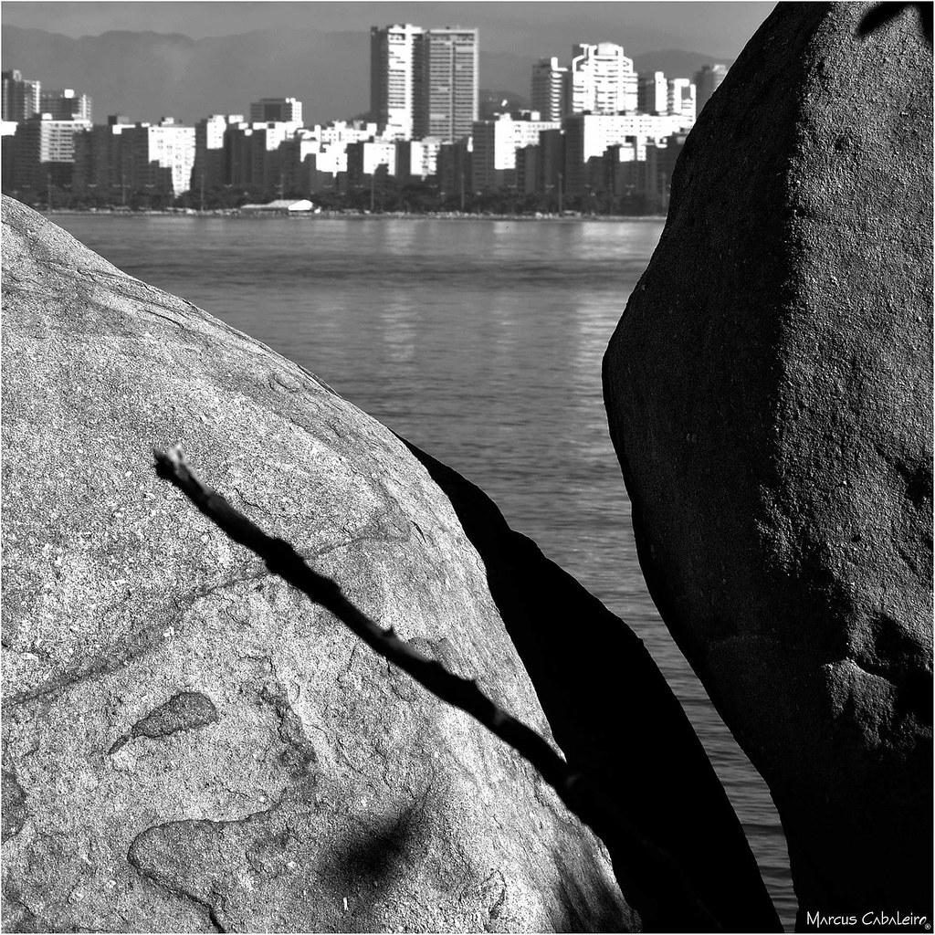 Imagem Revelada Foto Marcus Cabaleiro Site: https://marcuscabaleirophoto.wixsite.com/photos Blog: http://marcuscabaleiro.blogspot.com/  #marcuscabaleiro #goes #guarujá #brasil #bw #sérietonsdecinza #fotografia #olhares #foto #photography #rochas #photogra