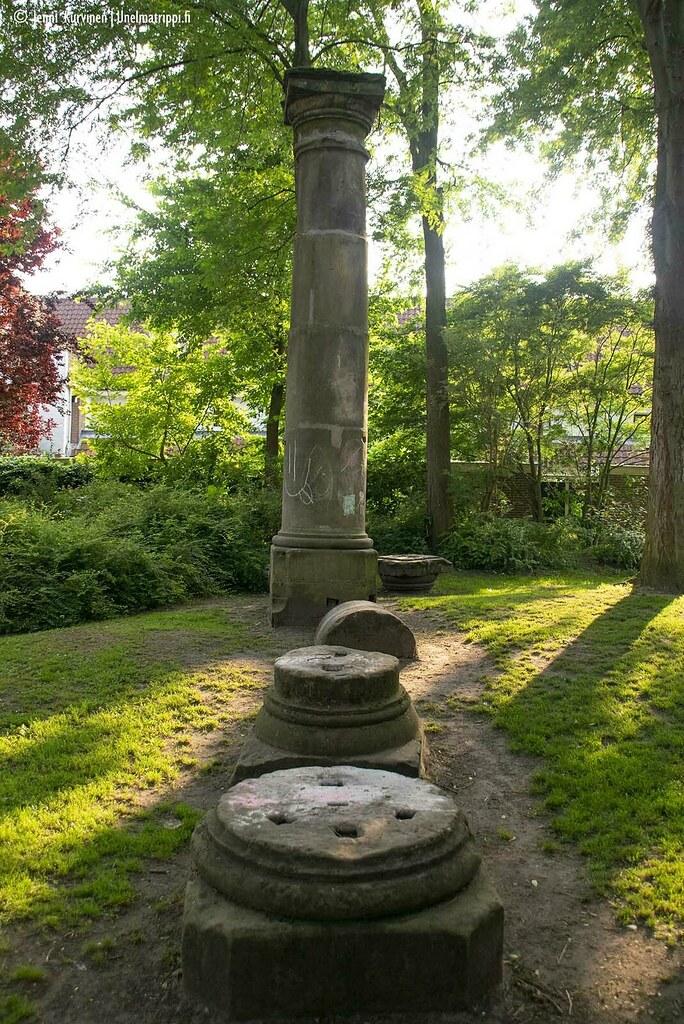 Vanhoja pylväitä puistossa Utrechtissa