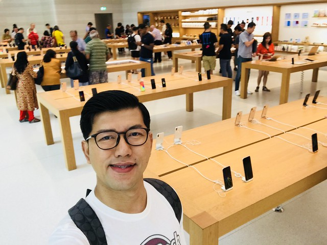 Shopping iPhone XS Max di Apple Store Singapore