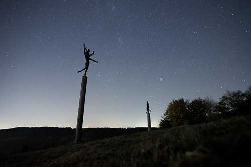 statues metal nuss germany strümpfelbach dark night longexposure starfigures wideangle dancing posts newmoon milkyway trees autumn europe hill landscape outdoor illumination light stars star luz noite estrela astro sky astrology