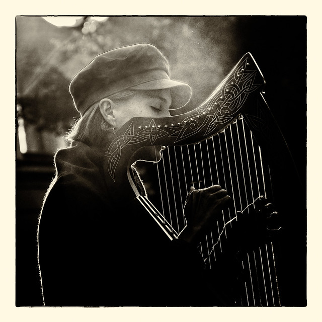 Straßenmusikantin... (Street musician...)