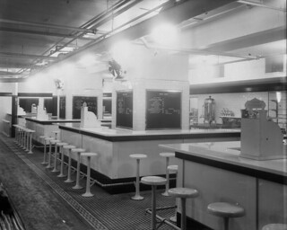 Lunch counter, F.W. Woolworth, Co. Ltd., Toronto, Ontario / Casse-croûte, F. W. Woolworth, Toronto (Ontario)