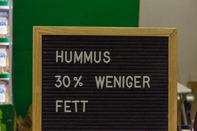 Hummus mit 30% weniger Fett in weißen Buchstaben auf einer Stecktafel