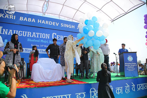 Satguru Mata Ji was releasing the balloons, A symbol of touching the heights