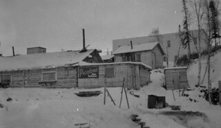 Rear view of Wild Cat restaurant, showing the outhouse, Yellowknife, Northwest Territories / Vue arrière du restaurant Wild Cat, montrant la toilette extérieure, Yellowknife (Territoires du Nord-Ouest)