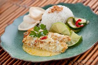 Ikan-Pepesan Makreel-met-zuur,-kroepoek-en-rijst