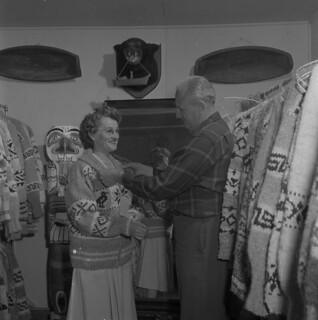 Buster Mathews' store, the only wholesale outlet of Cowichan sweaters, British Columbia / Magasin de Buster Mathews, le seul magasin de vente en gros vendant des chandails Cowichan (Colombie-Britannique)