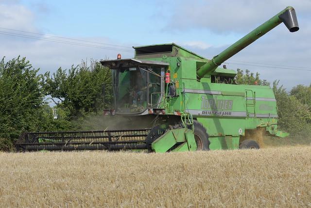 Deutz Fahr Topliner 4080 HTS Combine Harvester cutting Spring Barley