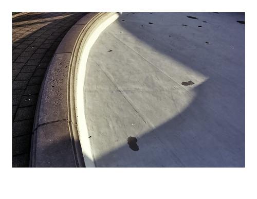 aistobasbistoc b belgië belgium antwerpen antwerp zuid lambermontplaats olympus om2n analog film fuji fujifilm fujicolor fujifilmsuperia superia color city fragment light shadow fountain empty evening sunset detail urban sidewalk