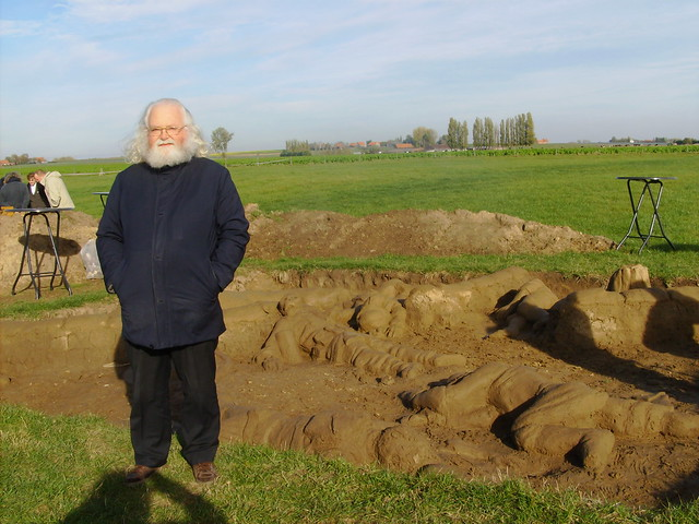 Jan Theuninck visiting WW1 mud sculpture by Rob Buelens at Pondfarm in Flanders Fields