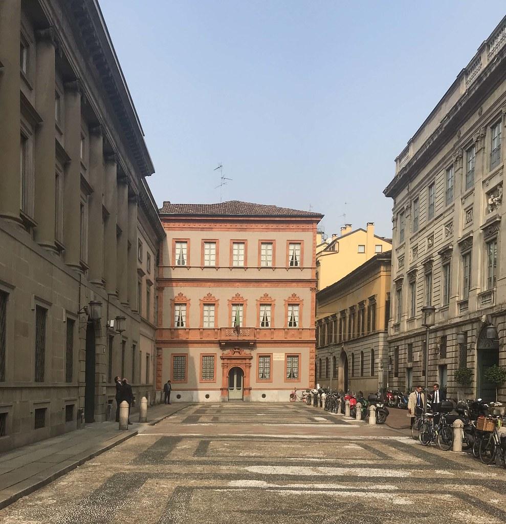 Piazza Belgioioso Milano Sullo Sfondo La Casa Di Alessan Flickr