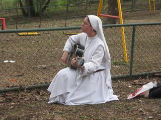 Hermana Clare tocando la guitarra
