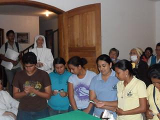 Jazmina y Mayra con otros jóvenes haciendo su compromiso en el HMJ