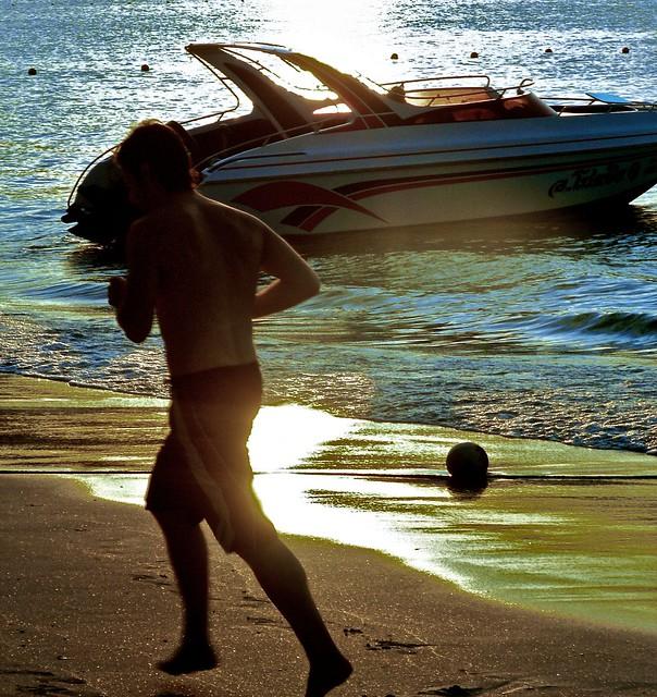 Run on the Golden beach - Thailand / Patong Beach تصوير عبدالعزيز جوهر حيات
