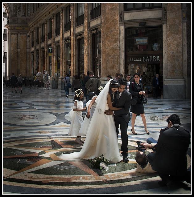 Napoli, sposi in galleria  (ovvero: com'è duro il lavoro di fotografo di matrimoni)