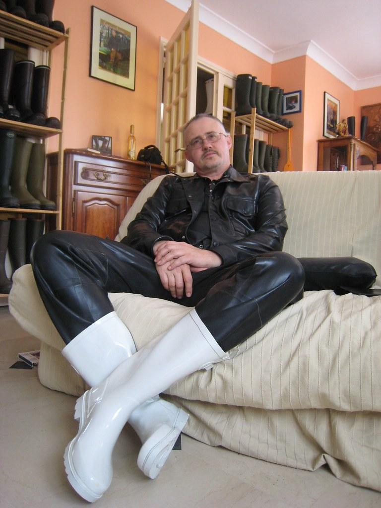 Latex noirbottes caoutchouc blanchesWearing rubb black WYHI92ED