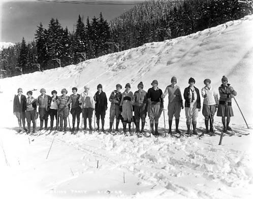 Women skiers, Scenic, Washington