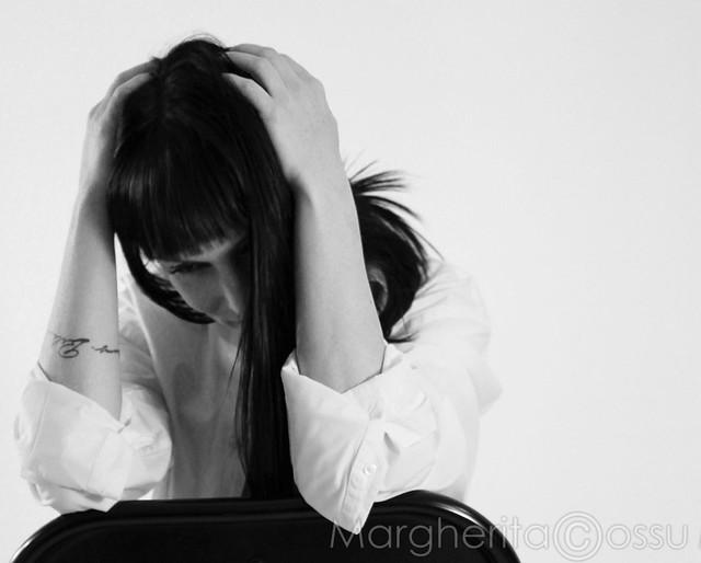 Le persone tristi si riconoscono. Sono quelle che per un attimo parlano, straparlano, dicono cazzate infinite; poi l'attimo dopo le vedi fissare il vuoto, in silenzio, lo sguardo perso, la mente chissà dove. (Anonimo)