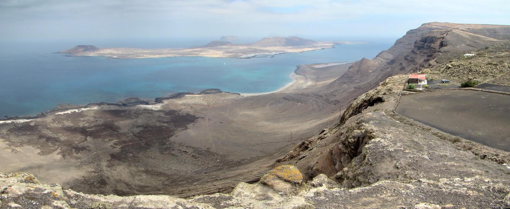 Vista de La isla de la Graciosa, Playa Famara, senderismo de Guinate a Ye Lanzarote