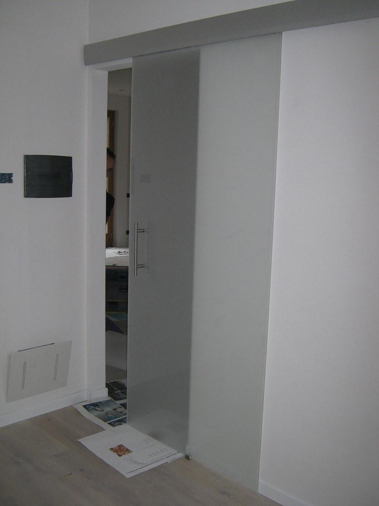 Porta Scorrevole Con Binario Esterno porta scorrevole vetro con binario e veletta a muro | flickr