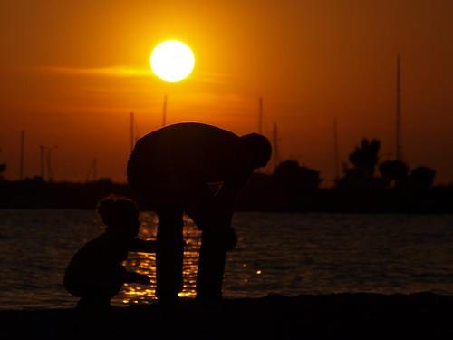 family sunset red sea sky orange sun beach girl boats child father silhouettes olympus greece thessaloniki 43 dimitris salonica thessalonika saloniki salonika fourthirds thessalonica ελλάδα kalamaria θεσσαλονίκη e520 μακεδονία olympuse520 dranidis dimitrisdranidis