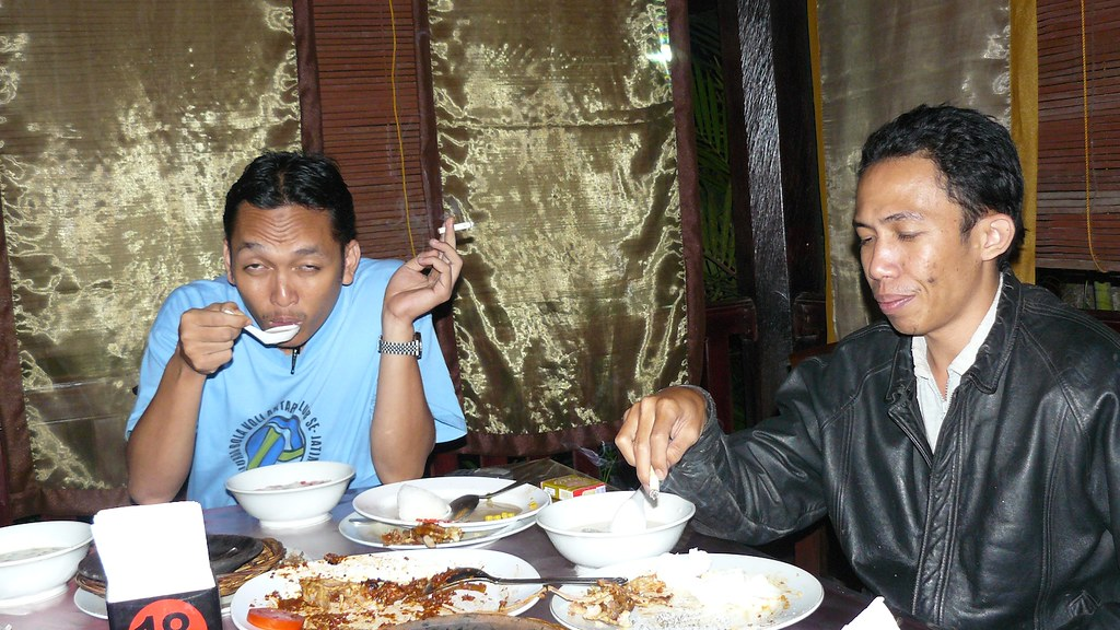 Makan Malam di Teras Bambu