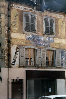 L'ancien magasin de la presse avec ses publicités en façade