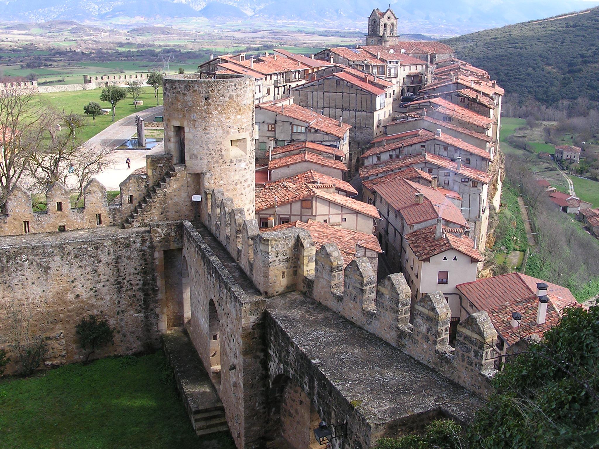 patio interior y murallas Castillo de Frias o de los Velasco Burgos