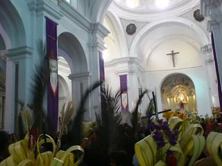 Procesión de palmas el Domingo de Ramos, interior del templo de La Merced, Antigua Guatemala.