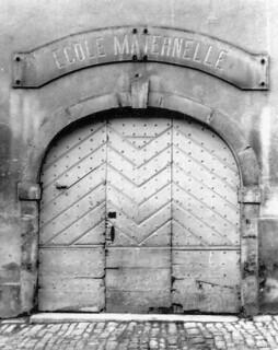 Entrée de l'école maternelle dans l'ancien couvent des Bernardines.