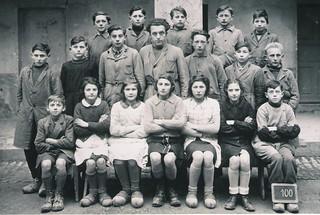 Photo de classe de 1943 où de nombreux enfants portent des sabots