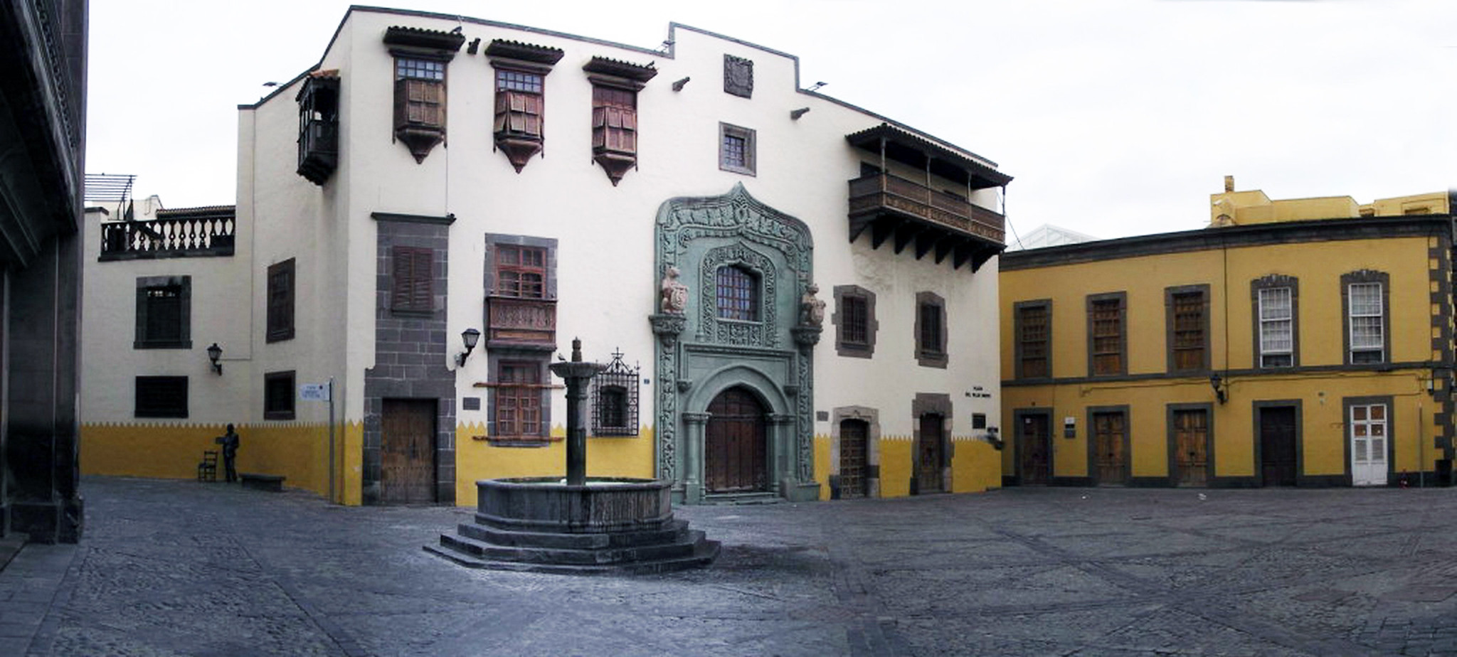 fuente y Museo Casa de Colon Plaza del Pilar Nuevo barrio de Vegueta Las Palmas de Gran Canaria