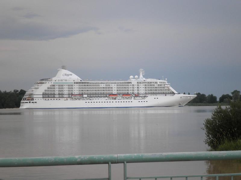 Cruise ship Seven Seas Voyager leaving Bordeaux at Saint-Louis-de-Montferrand - Bordeaux - P6040001