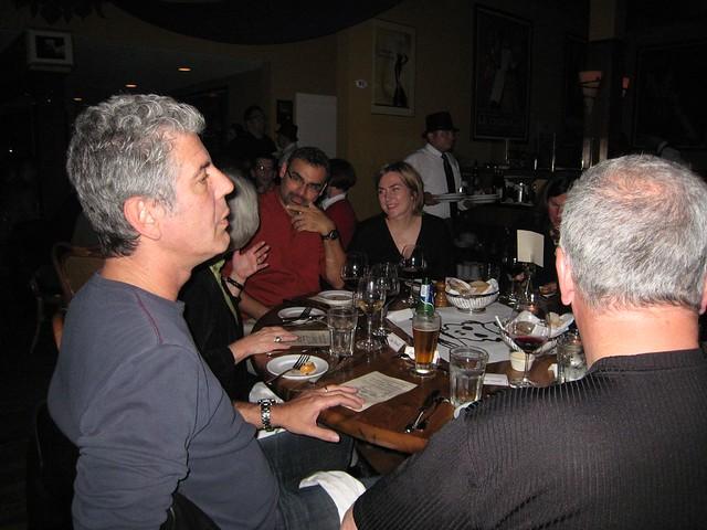 Anthony Bourdain a la mesa
