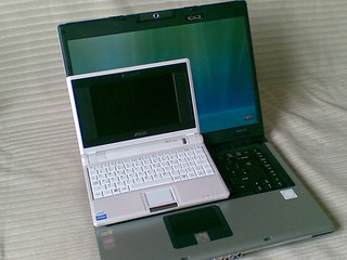 Asus Eee vs Acer 'laptop' | by s i m o n d