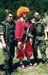 >Kosovo_clowns_guns