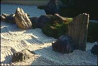 jardín de arena y piedra