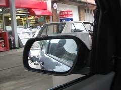 Portread o RO yn rhoi petrol yn y car ym Mangor