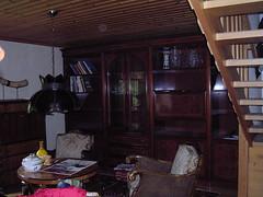 Nästan tom bokhylla