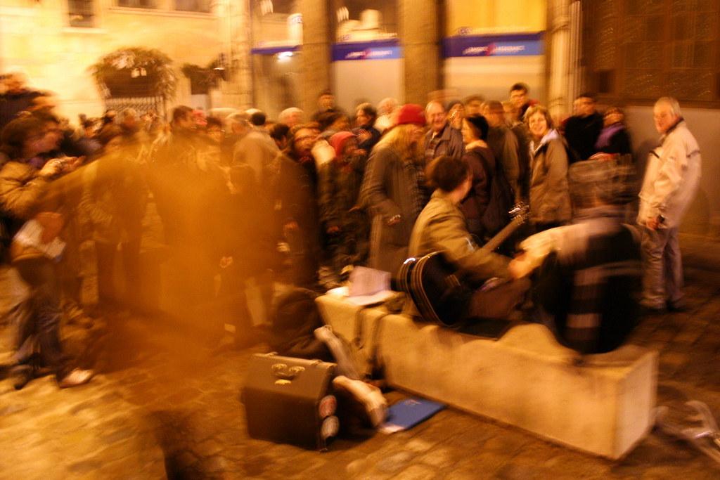 Les 3 stars jouant de la musique devant une foule immense a Lyon pendant la fete des lumieres