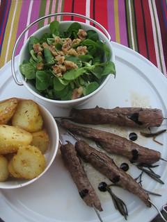 Rosmarin-Lammspieße an Lammjus mit knusprigen Kreuzkümmel-Kipfler-Kartoffeln und Feldsalat mit Walnussdressing